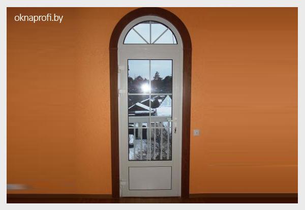 Аркообразные двери на балкон.